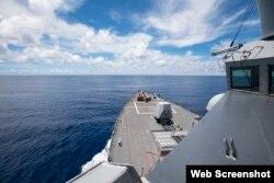 Tàu khu trục USS Ralph Johnson (DDG 114) hoạt động ở quần đảo Trường Sa hôm 14/07/2020. Photo by Mass Communication Specialist 3rd Class Anthony Collier
