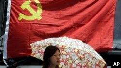 上海一名妇女在中共党旗下走过 (资料照片)