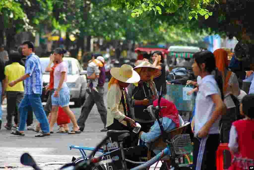 A busy street in Sanya. (Image via Wikipedia)