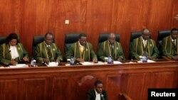 30일 케냐 대법원에서 윌리 무등가 대법원장(왼쪽에서 3번째)이 대통령 선거 결과에 대한 판결을 발표하고 있다.