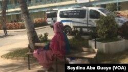 Ndeye passe ses journées à l'hôpital depuis l'hospitalisation de sa mère le 31 décembre 2019, 13 janvier 2020. (VOA/Seydina Aba Gueye)