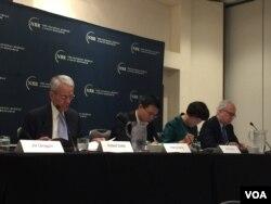 乔治华盛顿大学萨特教授(左一)在研讨会上(美国之音莉雅拍摄)