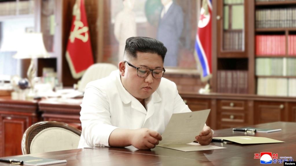 Ông Kim đọc lá thư của Tổng thống Trump.