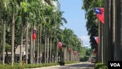 台北主要街道悬挂起青天白日满地红旗帜迎接双十节