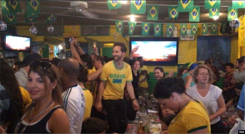 Fans packed inside Little Favela watch the first match of the 2014 World Cup, Brooklyn, New York, June 12, 2014. (Adam Phillips/VOA)