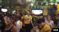 Các fan hâm mộ đội Brazil ngồi trong quán Faleva xem World Cup