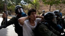 Uno de los manifestantes detenidos por la Guardia Nacional durante las protestas.