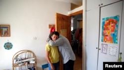 2016年6月30日,遇害的13岁以色列女孩阿里尔的亲属在女孩的卧室相拥。