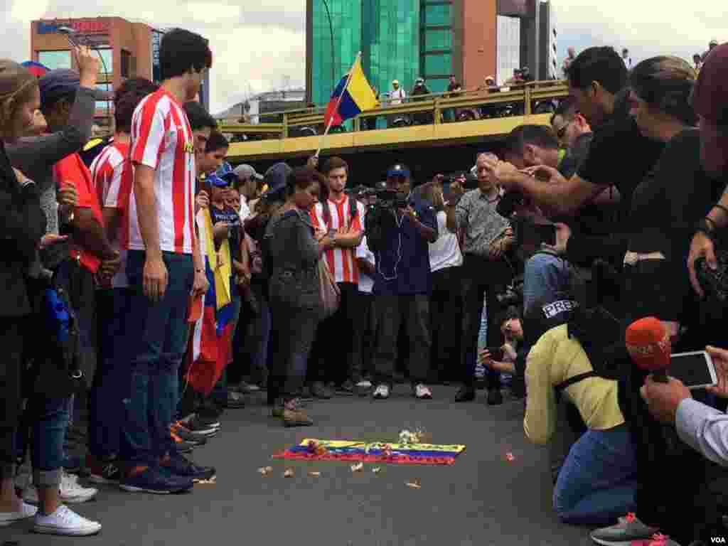 El joven fue asesinado en la avenida principal de las Mercedes en Caracas, Venezuela. Foto: Álvaro Algarra.