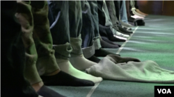 Muslim Prayer at Masjid Ibrahim, Dec.4 2015. (R. Taylor/VOA)
