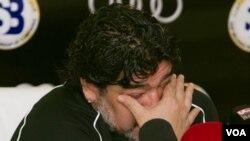 Diego Maradona, pelatih kepala klub sepakbola Al Wasl, bereaksi dalam jumpa pers di klub itu (foto:dok).