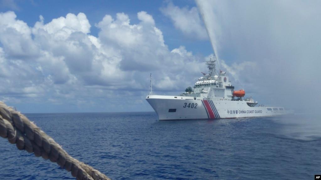 在斯卡伯勒淺灘(黃岩島)附近,一艘中國海警船向一艘菲律賓漁船靠近。 2015年9月23日)