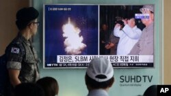 25일 한국 서울역에 설치된 TV에 북한의 잠수함발사탄도미사일 발사와 김정은 국무위원장이 발사 현장을 직접 참관했다는 내용의 뉴스가 나오고 있다.