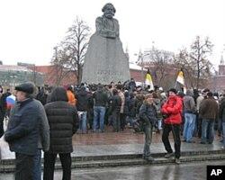 抗议示威势头将保持下去?去年12月10日莫斯科市中心马克思塑像前的抗议集会