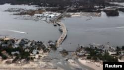 Le président Obama et le gouverneur Christie se sont rendus en hélicoptère dans la zone sinistrée de la côte du New Jersey.