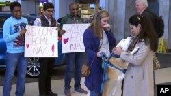 Nazanin Zinouri (29), una ingeniera iraní graduada de la Universidad Clemson, es recibida en el aeropuerto de Green, Carolina del Sur por su mascota Dexter y varias personas luego de ser impedida de ingresar a EE.UU. cuando el presidente Donald Trump anunció su prohibición de viajes a ciudadanos de siete países de mayoría musulmana.