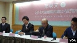 评论人士前立法委员郭正亮(右二) (美国之音赵婉成拍摄)