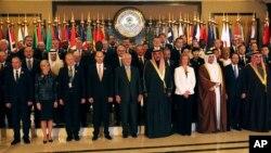 Para pejabat negara-negara anggota koalisi melawan ISIS menghadiri konferensi rekonstruksi Irak di Kuwait, Selasa (13/2).