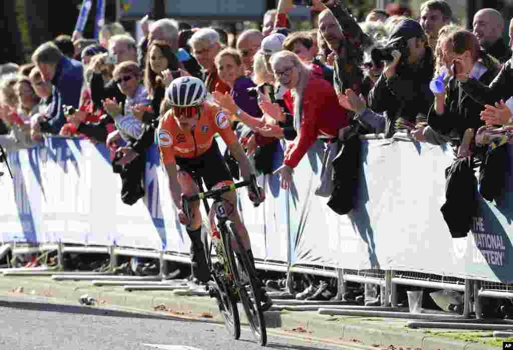 دوچرخه سوار هلندی، انمیک ون ولتن، در مسابقات جهانی دوچرخه سواری جاده زنان در انگلستان به قهرمانی رسید.