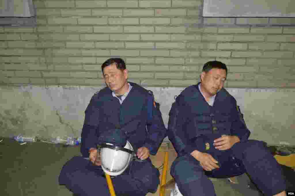 疲惫的防暴警察