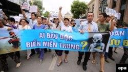 """Người dân xuống đường biểu tình tại Hà Nội với biểu ngữ """"Ai đầu độc biển miền Trung?"""", ngày 1/5/2016."""