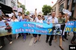Người biểu tình xuống đường tại Hà Nội với biểu ngữ phản đối công ty Đài Loan Formosa Plastic thải chất độc ra biển làm cá chết hàng loạt tại các tỉnh miền Trung, ngày 1/5/2016.
