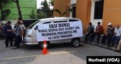 Warga sekitar GPdI Immanuel datang ke pengadilan mendukung keputusan Bupati Bantul. (Foto: VOA/ Nurhadi)