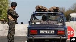 Binh sĩ Ukraine khám xét xe bên ngoài thành phố Slovyansk, đông Ukraine, ngày 26 tháng 4, 2014.