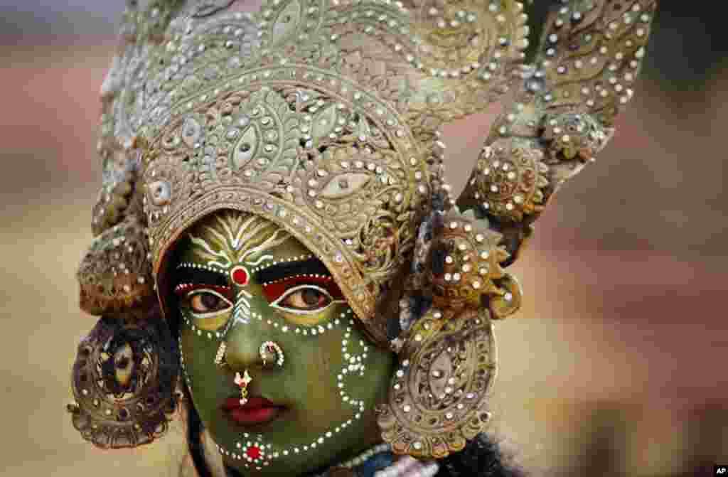 인도 잠무에서 열린 '쉬브라트리 축제'에 한 여성이 힌두신 칼리로 분장하고 참가했다. 쉬브라트리는 시바 신을 기리는 축제다.