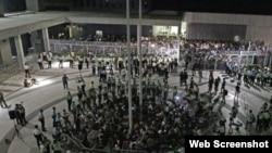 926冲进并占领公民广场的近百位学生和市民均遭拘捕(苹果日报图片)