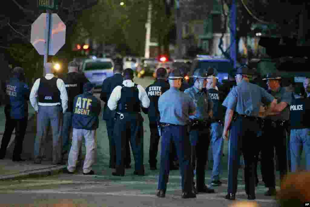 Cảnh sát đứng chờ trong lúc các đồng nghiệp tiếp tục săn lùng nghi can đánh bom ở thị trấn Watertown, Massachusetts, ngày 19/4/2013.