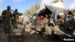 Polisi wa somalia wakiangalia gari lililoharibiwa na bomu ndani ya gari