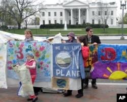 环保人士在白宫前集会