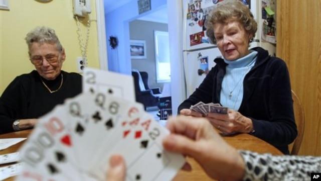 Beryl O'Connor (80) menikmati waktu luangnya bermain kartu dengan teman-temannya yang juga telah lanjut usia di rumahnya di New Jersey.