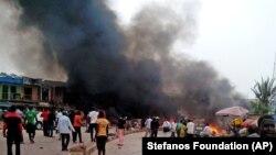 Khói bốc lên sau vụ nổ tại một ngôi chợ đông người ở thành phố Jos, Nigeria, ngày 20/5/2014.