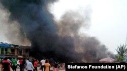 Khói bốc lên sau khi một quả bom nổ tại trạm xe buýt ở Jos, Nigeria, 20/514