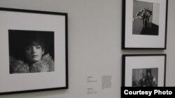 В одном из залов. Слева - «Автопортрет» Р.Мэпплторпа 1980 г. Photo: Oleg Sulkin