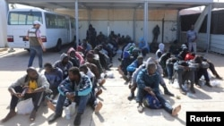 پکڑے گئے تارکین وطن لیبیا کے ایک بحری اڈے پر