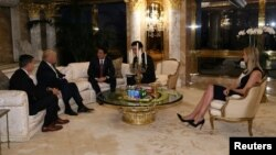 Thủ tướng Nhật Bản Shinzo Abe gặp Tổng thống tân cử Donald Trump tại Tháp Trump ở New York, ngày 17 tháng 11 năm 2016.