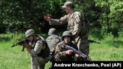 Фото: військовий США проводить інструктаж українських військових протягом спільних навчань у Львівській області, 2015 рік.