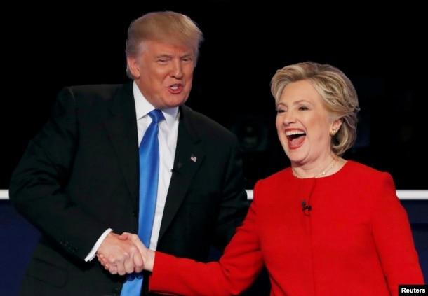 Bà Hillary Clinton và ông Donald Trump bắt tay chào nhau trước cuộc tranh luận tổng thống đầu tiên, ngày 26 tháng 9, 2016