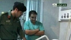 تصویری از خمیس قذافی در حال عیادت از زخمی شدگان. ۹ اوت ۲۰۱۱