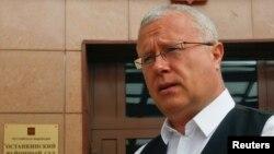 Олександр Лебедєв, колишній офіцер КДБ, привіз Євгенія Лебедєва в Британію у дитячому віці, коли працював у Лондоні під дипломатичним прикриттям