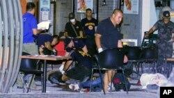 Polisi setempat memeriksa lokasi ledakan bom di restoran di Lim Ket Kai, kota Cagayan de Oro, Filipina (26/7).