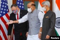 2020年10月27印度国防部长辛格(中)和美国国务卿蓬佩奥(左)在新德里会谈前合影留念。