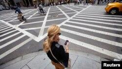 Một người sử dụng điện thoại di động ở New York.