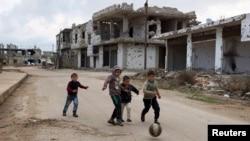 Trẻ em chơi đá banh tại thị trấn Bosra al-Sham ở Deraa, Syria, ngày 23/2/2016.