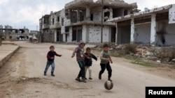 Trẻ em Syria chơi gần các tòa nhà bị hư hại tại thị trấn lịch sử ở miền nam do phiến quân kiểm soát là Bosra al-Sham, Deraa.