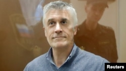 """Pendiri perusahaan investasi """"Baring Vostok"""", Michael Calvey, saat menghadiri pengadilan di Moskow, Rusia (15/2)."""