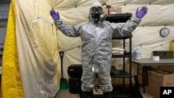 工作人員準備銷毀化學武器